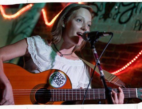 Künstlervorstellung LIA mit der Gitarre