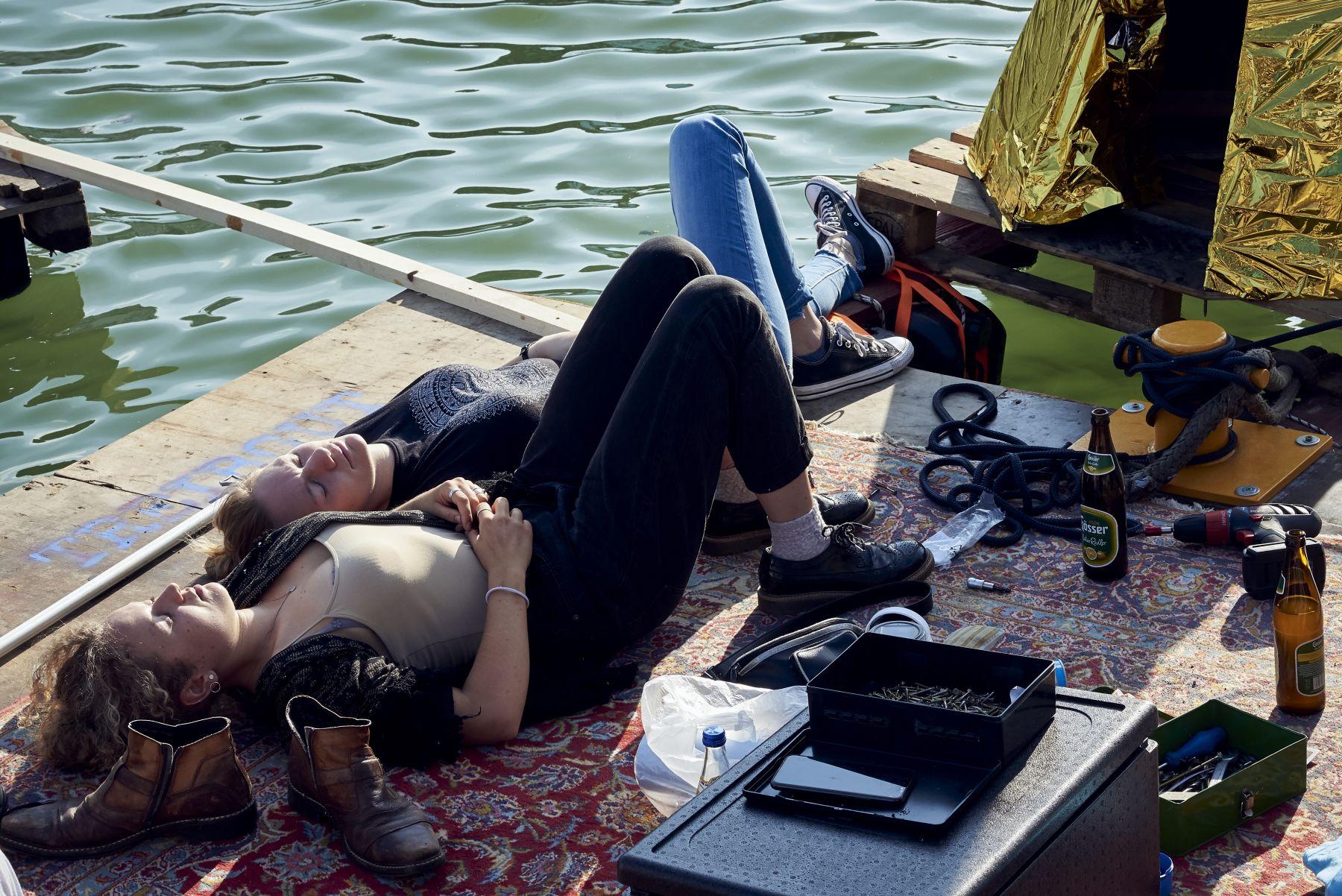 Treibgut - Hafen -1-2019- Backstage-Floß - Chillen in der Sonne